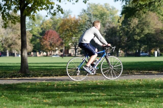 公園でサイクリングしている男性