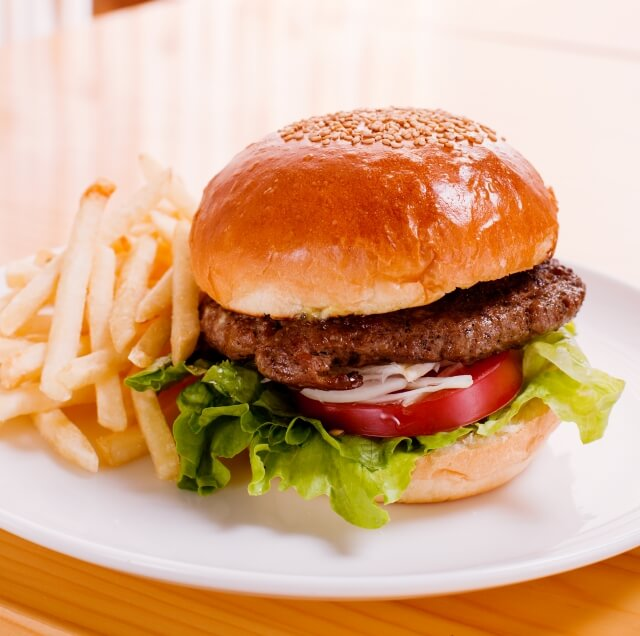 皿の上にあるハンバーガーとポテト