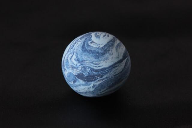 白い渦が浮かぶ青い星
