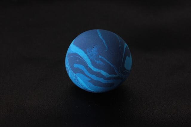 濃い青と水色の斑模様が浮かぶ星