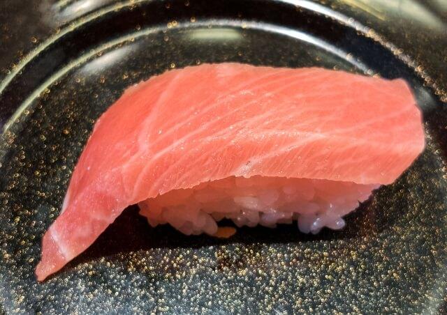 黒い皿の上のマグロ(中トロ)のお寿司