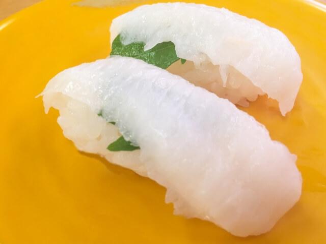 黄色い皿の上のエンガワお寿司