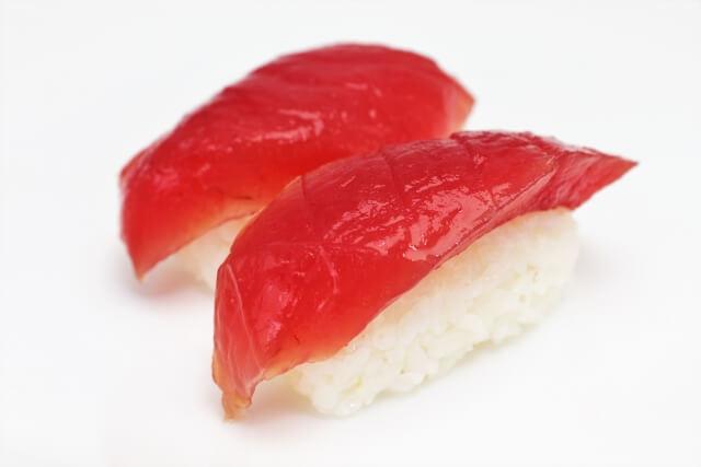 白いお皿に乗ったマグロ(赤身)のお寿司