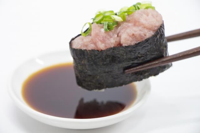 醤油につけられるネギトロのお寿司